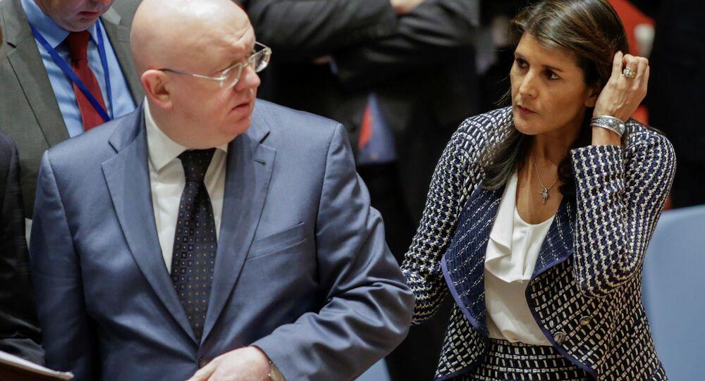Embaixador russo na ONU, Vassily Nebenzia, ao lado da diplomata americana Nikki Haley