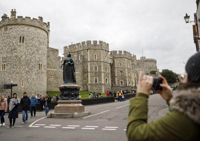 Turista tira foto perto do Castelo de Windsor localizado na cidade de Windsor, no oeste de Londres, 1 de abril de 2018