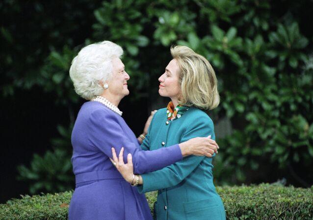 Nesta foto de arquivo de 19 de novembro de 1992, a primeira-dama, Barbara Bush, cumprimenta a primeira-dama Hillary Clinton após sua chegada à Casa Branca, em Washington.