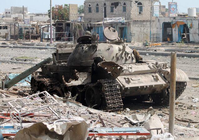 Tanque destruído durante o conflito no Iêmen (foto de arquivo)