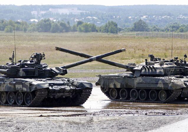 Tanques russos (o T-90 à esquerda) em polígono militar