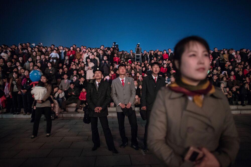 Norte-coreanos assistem show de fogos de artificio por ocasião do festejo do Dia do Sol, 15 de abril de 2018