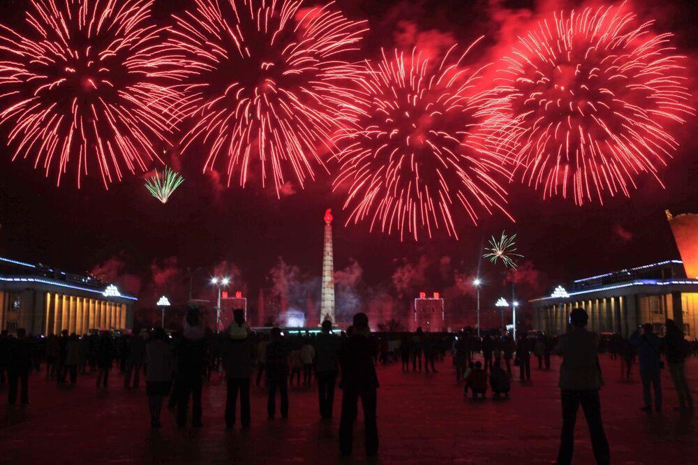 Fogos de artifício lançados em honra do 106º aniversário do Kim Il-sung