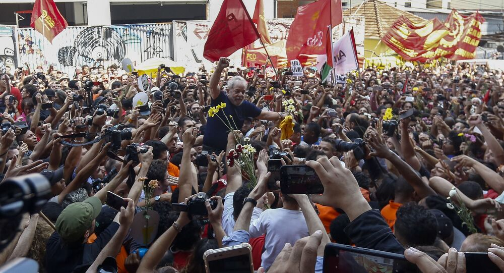 Luiz Inácio Lula da Silva, ex-presidente do Brasil, com seus apoiadores antes de se entregar à polícia