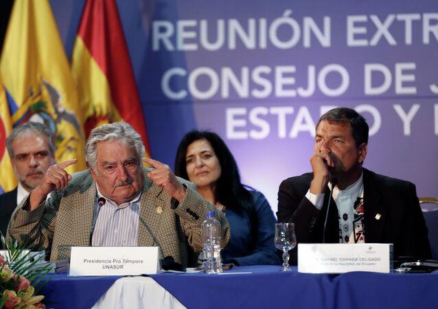 Ex-presidente do Uruguai, José Mujica (à esq.), ao lado do ex-presidente equatoriano Rafael Correa, em 2014