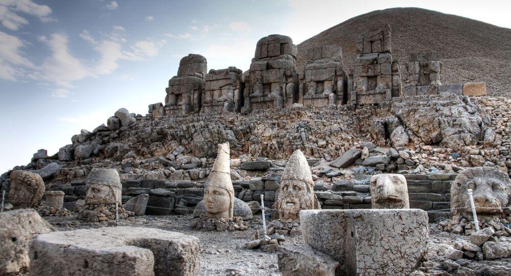 Nemrut Dag – o monte localizado a 100 km da cidade de Adiyaman, Turquia. Lá, a 2.150 metros acima do nível do mar, encontram-se ruínas do túmulo do rei Antíoco I