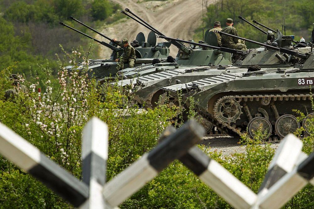 Militares russos e veículos de combate BMD-2 e BMP-2 durante competições Pelotão de Desembarque no sul da Rússia