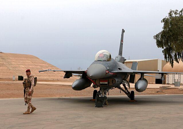 Militar iraquiano perto de um caça F-16 da Força Aérea do Iraque na base aérea de Balad, fevereiro de 2018