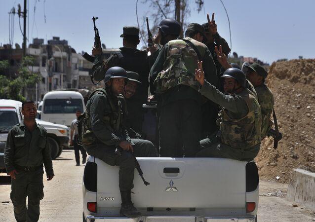 Soldados sírios patrulhando a cidade de Douma, local do suposto ataque químico, 16 de abril