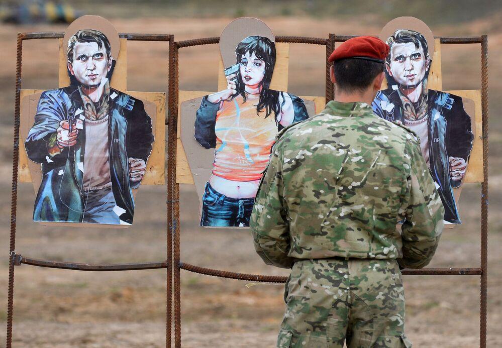 Instrutor avalia resultados de tiro durante provas das forças especiais bielorrussas