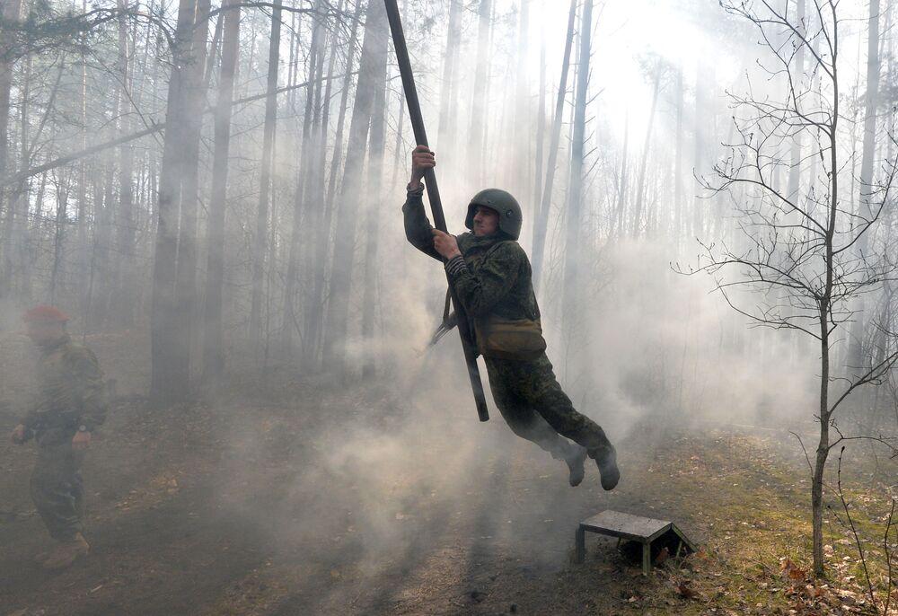 Militar bielorrusso no circuito de obstáculos