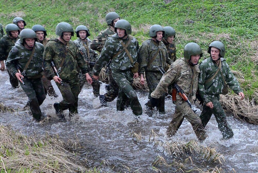 Militares bielorrussos superam parte aquática dos obstáculos