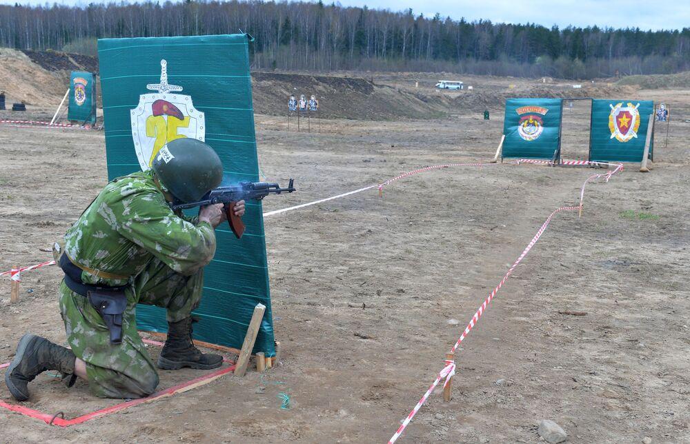 Militar bielorrusso passa por prova de fogo