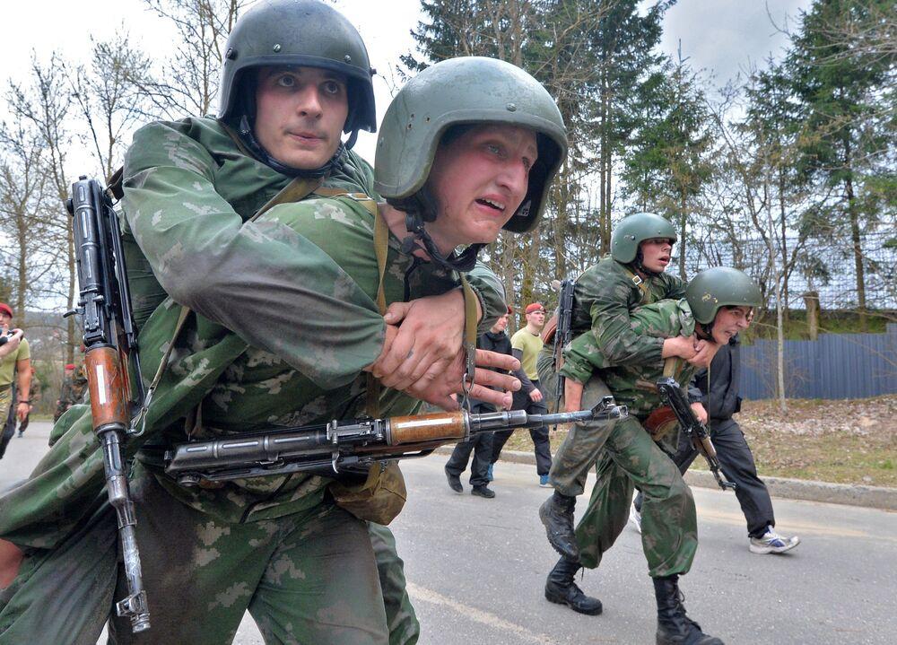 Militares bielorrussos fazem marcha durante provas para comprovar direito de usar boina castanho escuro