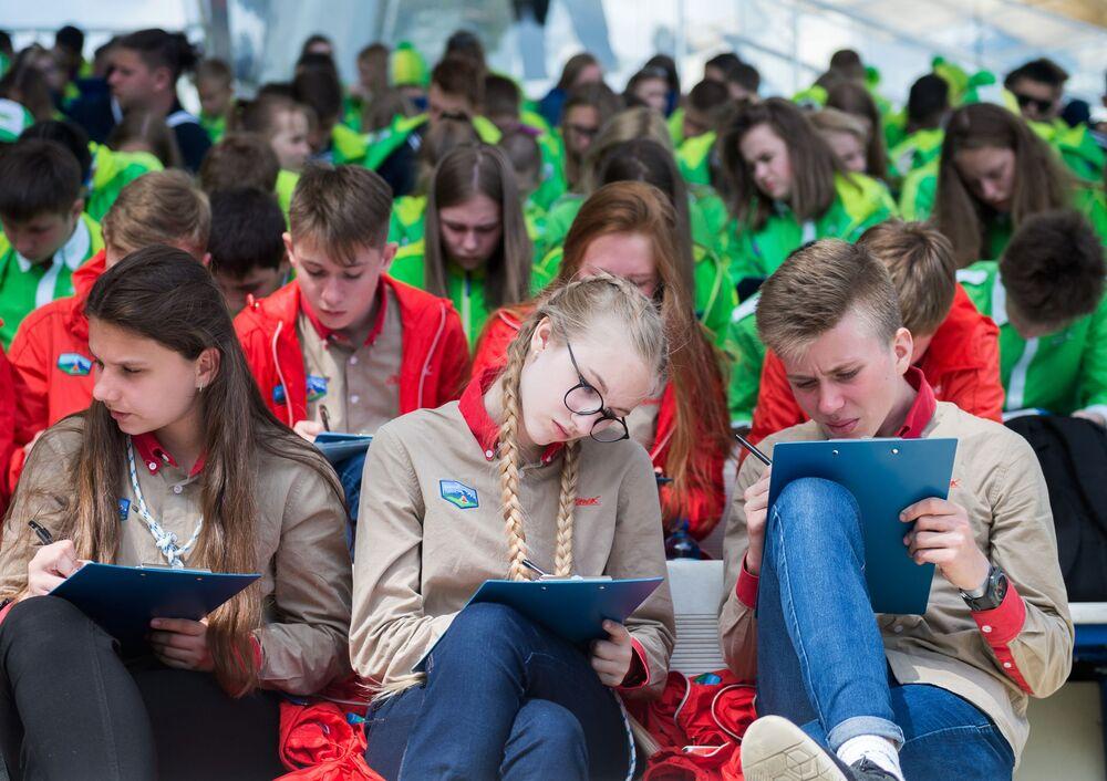 Participantes da iniciativa educacional Totalny Diktant 2018 (Ditado Total) no centro infantil internacional Artek.
