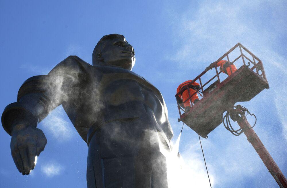 Serviços municipais lavando o monumento ao cosmonauta soviético Yuri Gagarin em Moscou.