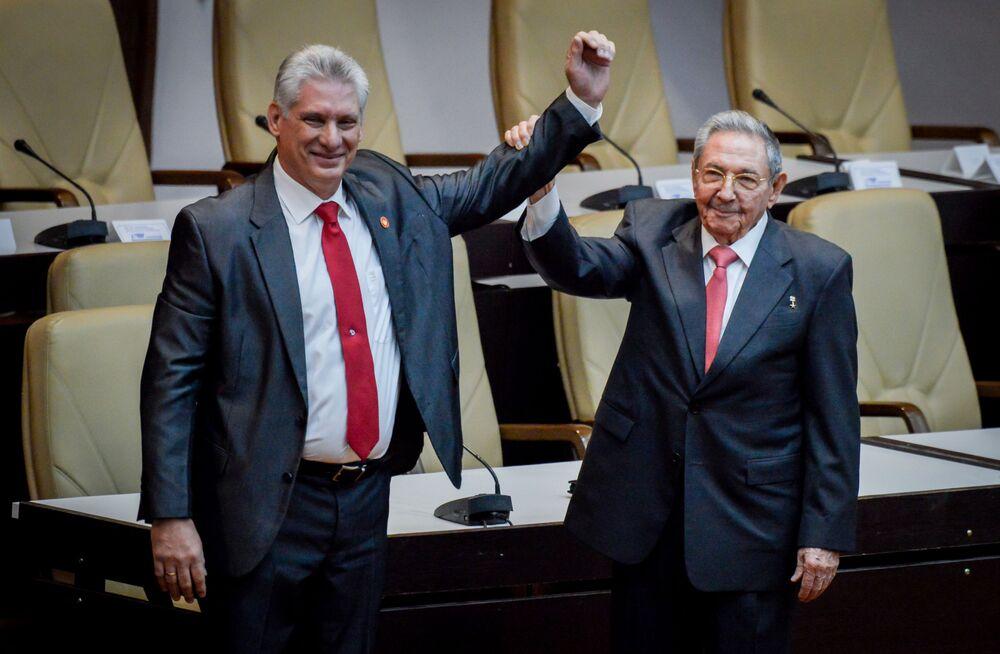 O recém-eleito presidente de Cuba, Miguel Díaz-Canel, com o ex-líder cubano Raúl Castro na Assembleia Nacional de Cuba, Havana.