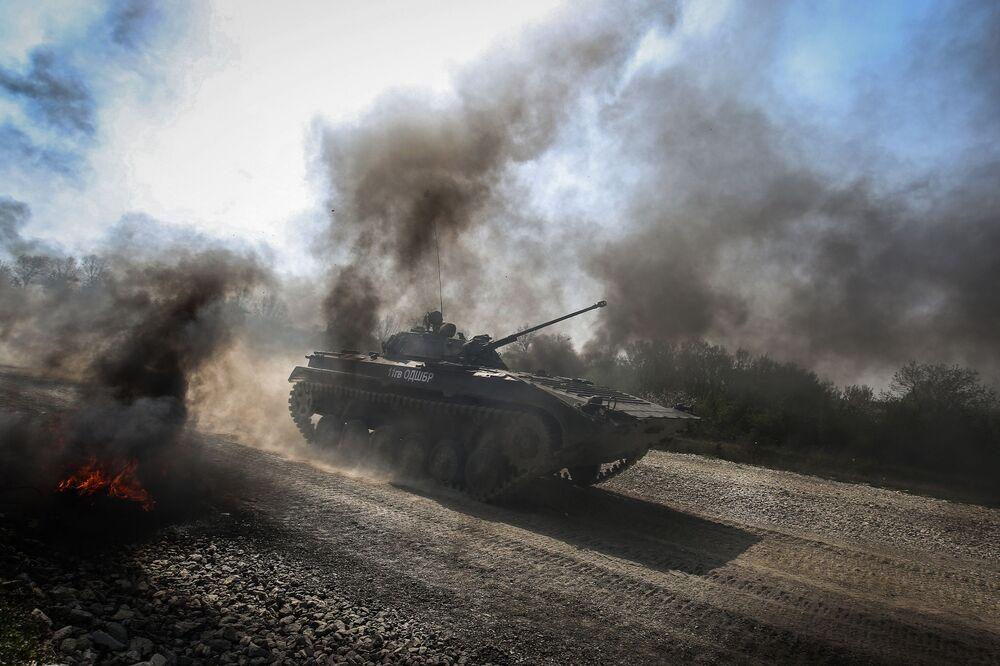 Veículo de combate de infantaria BMP-2 ultrapassando obstáculo durante um concurso militar na região de Krasnodar.