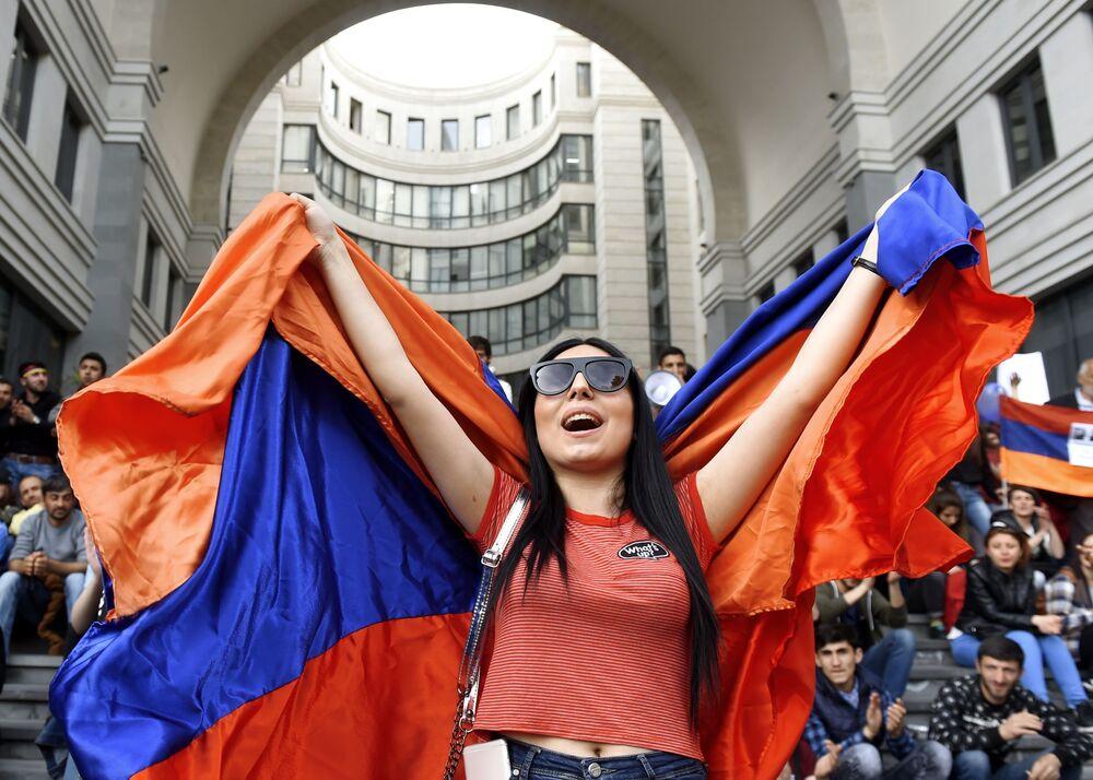 Mulher participando de um protesto da oposição na capital armênia de Erevan contra a eleição de Serj Sargsyan como novo premiê do país.