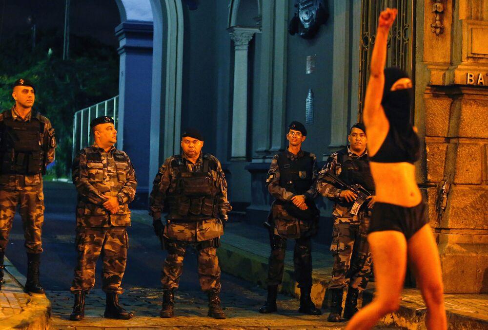 Ativista durante protestos, um mês depois do assassinato de Marielle Franco, Rio de Janeiro.