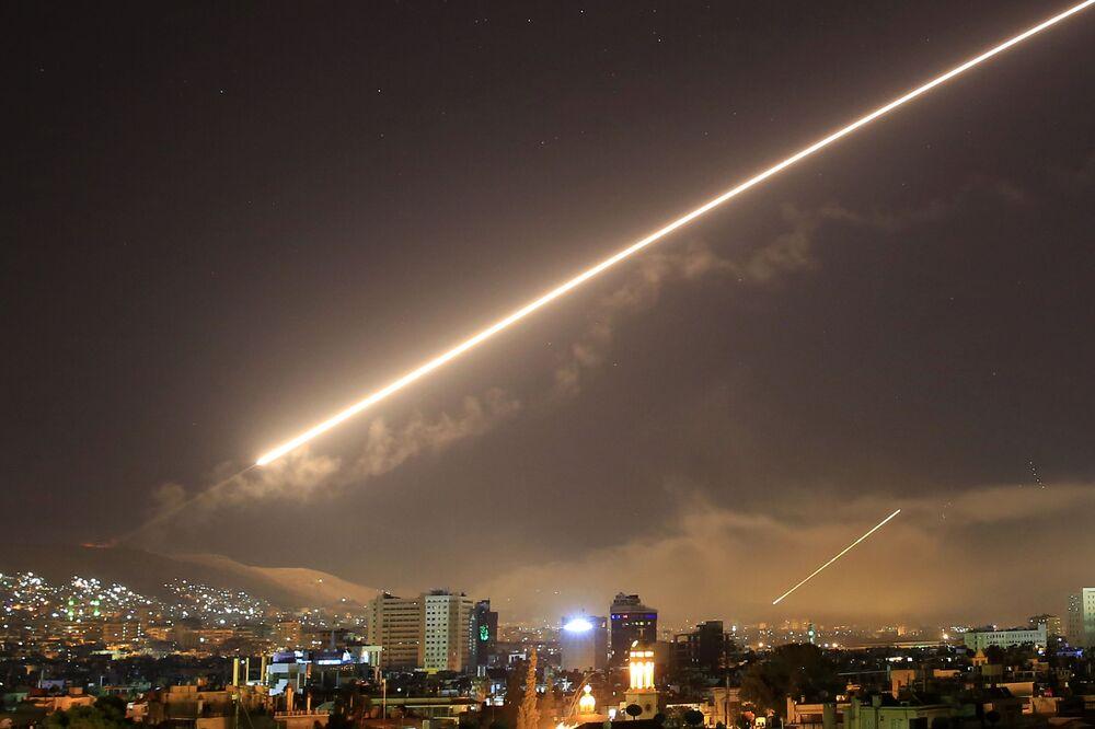 Míssil atravessando o céu sobre Damasco durante o ataque aéreo lançado pelos EUA e seus aliados.
