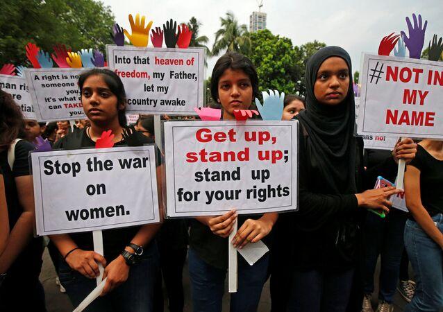 Manifestantes participam de um protesto contra o estupro de uma menina de oito anos em Kathua, perto de Jammu, e uma adolescente em Kolkata, na Índia.