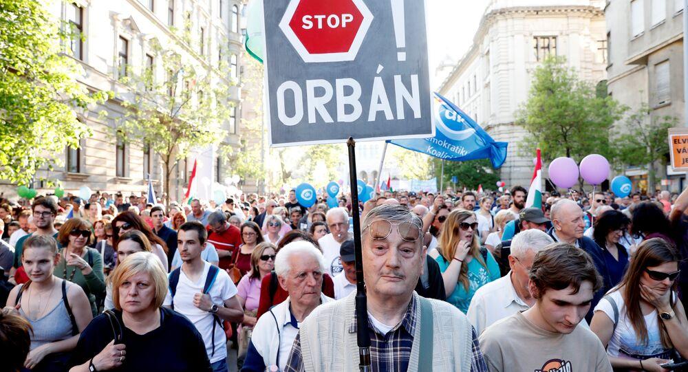 Protesto contra o primeiro-ministro húngaro, Viktor Orban, em Budapeste