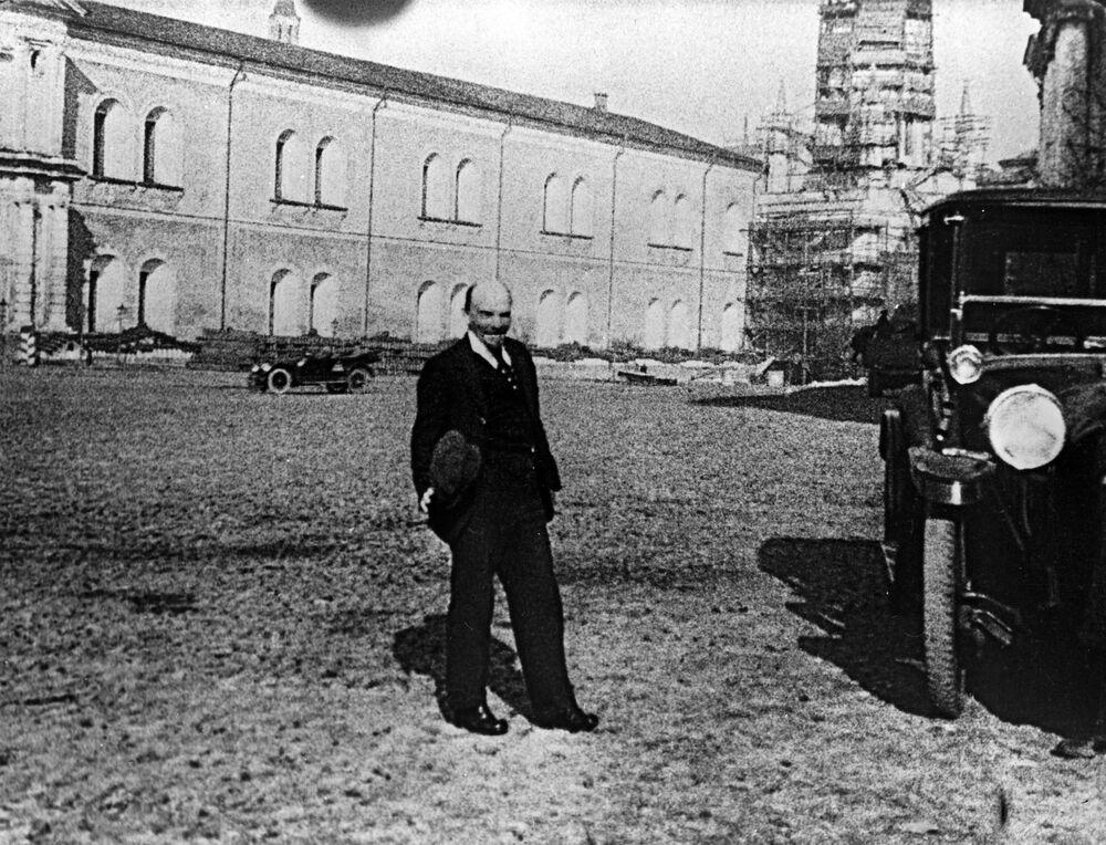 Lenin durante um passeio no Kremlin logo após ter se recuperado do ferimento de 1918