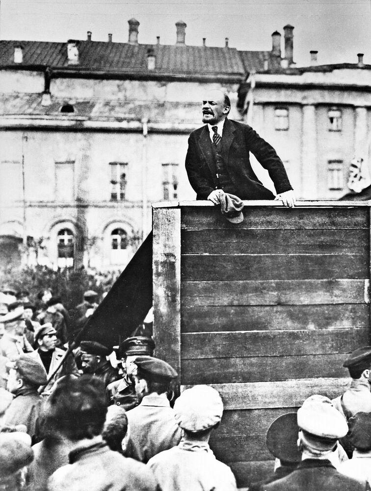 Lenin discursa perante os militares em Moscou, 1919