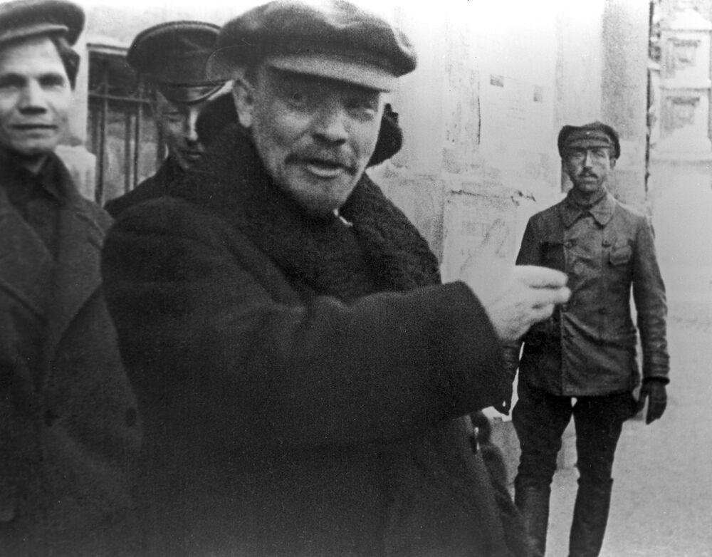 Vladimir Lenin, presidente do Conselho de Comissários do Povo da República Socialista Federativa Soviética da Rússia, depois do Primeiro Congresso da toda a Rússia sobre educação extra-escolar, 1919