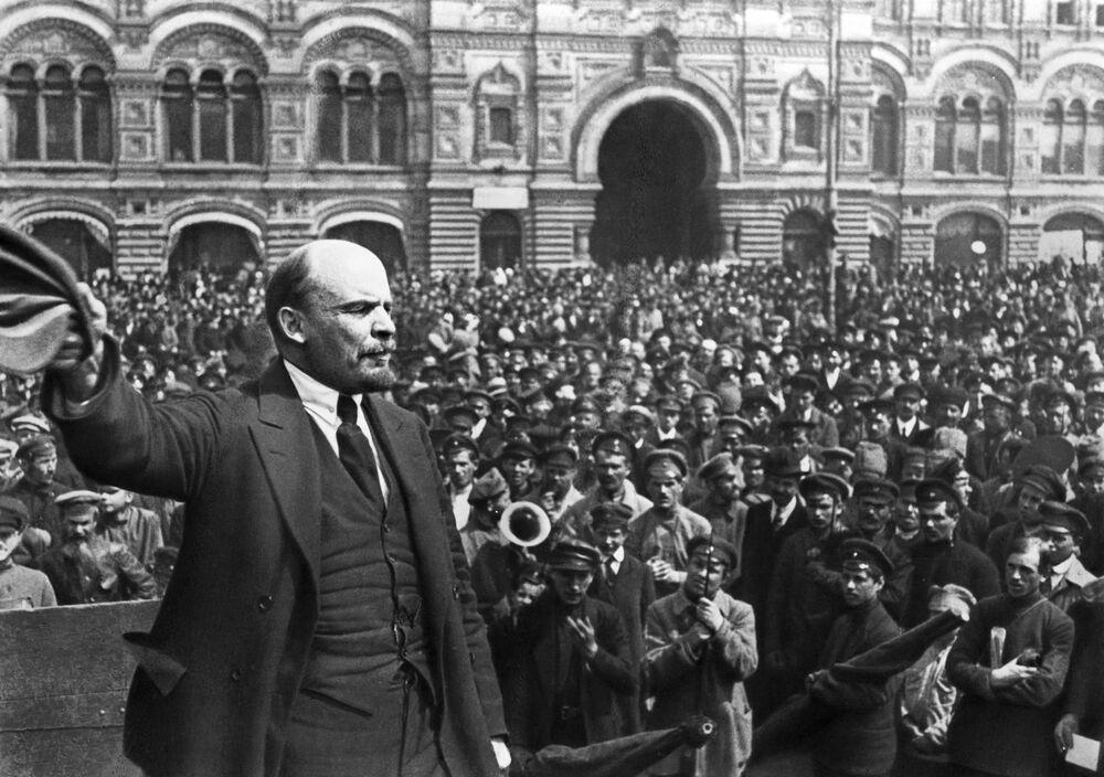 Vladimir Lenin discursa na Praça Vermelha durante celebrações da 2ª aniversário do Vseobuch (tropas de treinamento militar universal), 25 maio de 1919