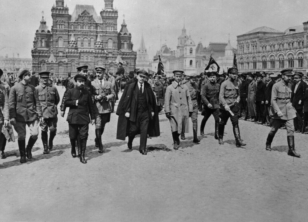 Lenin com um grupo de comandantes examinando as tropas do Vseobuch