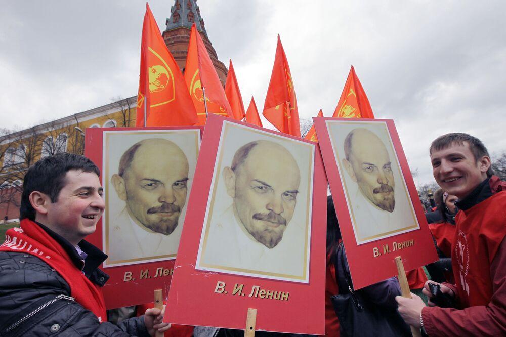 Participantes da manifestação dedicada à 140º aniversário do nascimento de Vladimir Lenin