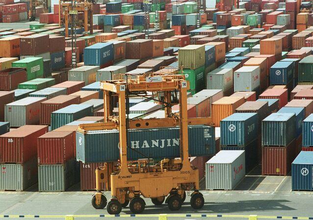 Movimentação de cargas no Terminal de Contêineres do porto de Bremerhaven, Alemanha, 10 de maio de 2000