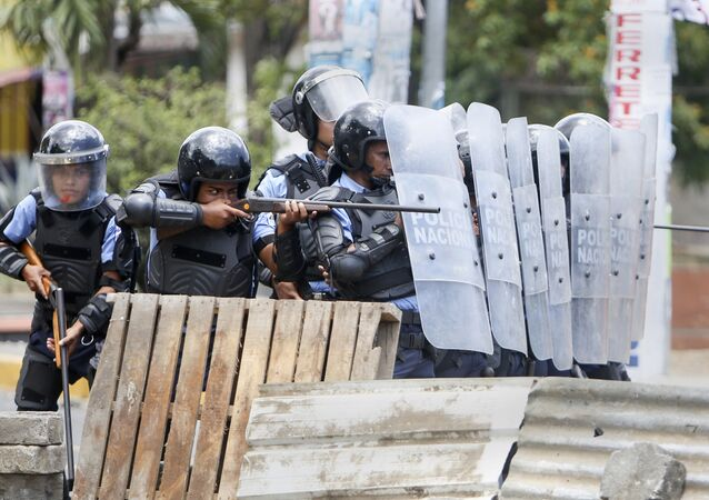 Polícia reprimindo um protesto na Nicarágua em abril de 2018