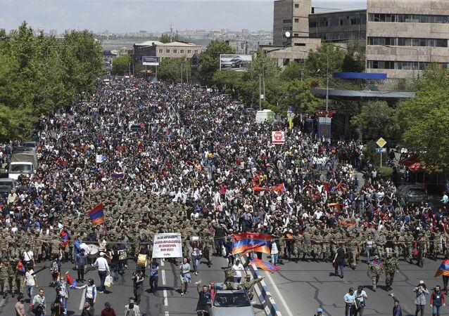 Pessoas protestando contra a nomeação do ex-presidente Serzh Sargsyan como novo premiê em Erevan, 23 de abril de 2018