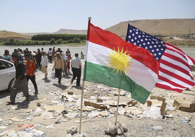 Bandeiras dos EUA e do Curdistão flutuam ao vento (Arquivo)