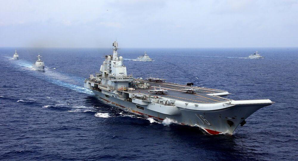 Porta-aviões Liaoning participando de manobras da Marinha do Exército Popular de Libertação da China, 18 de abril de 2018