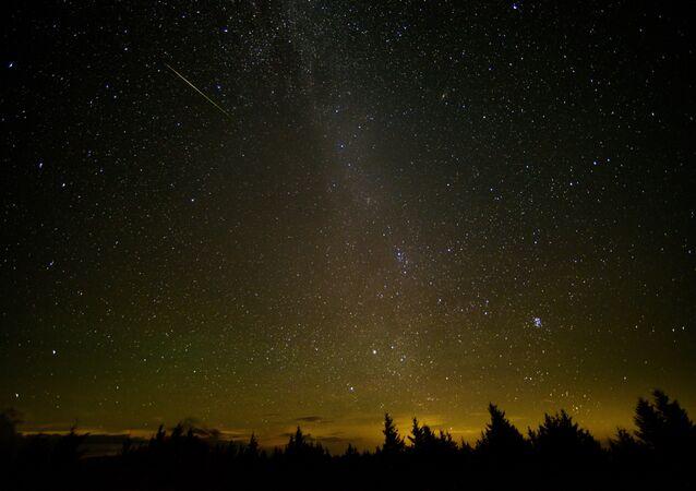 Nesta exposição de 30 segundos, um meteoro cruza o céu durante a chuva anual de meteoros Perseidas (foto de arquivo)