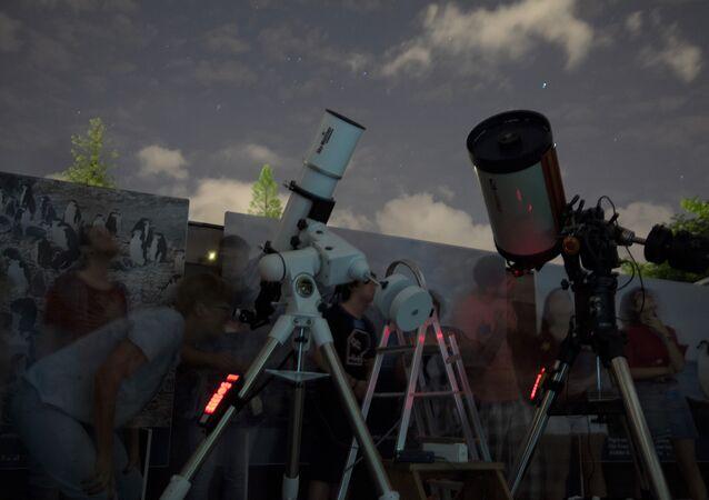 Visitantes do Espaço UFMG do Conhecimento acompanham observação astronômica