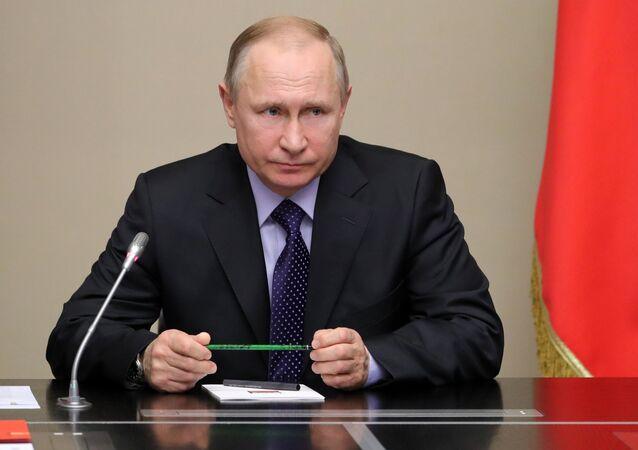O presidente russo, Vladimir Putin, chefiando a reunião do Conselho de Segurança da Rússia na residência de Novo-Ogaryovo, arredores de Moscou