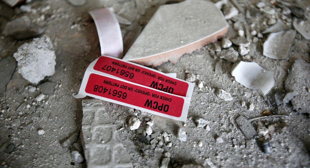Etiquetas da Organização para a Proibição de Armas Químicas (OPAQ) vistas em uma casa destruída em Douma, 23 de abril de 2018