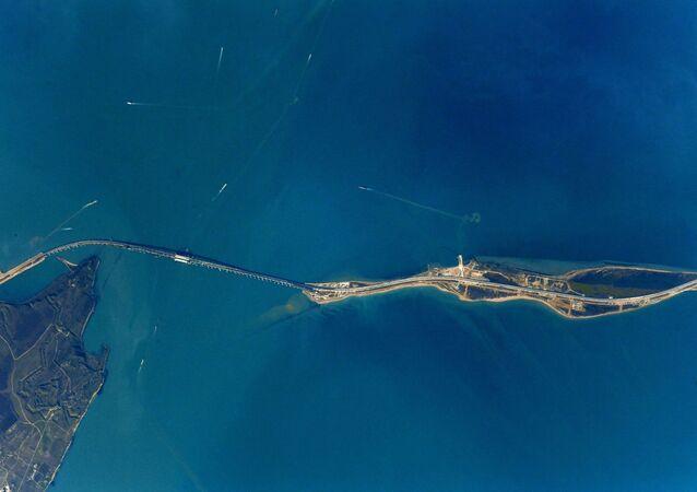 Foto da Ponte da Crimeia tirada a partir da EEI pelo cosmonauta russo Anton Shkaplerov