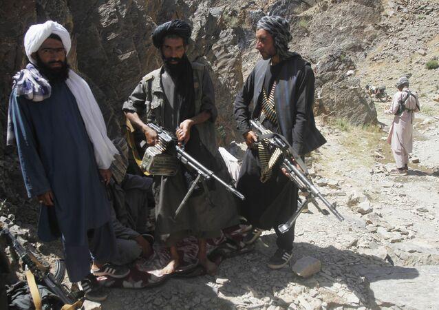 Membros de uma facção dissidente dos combatentes do Talibã durante uma patrulha no distrito de Shindand na província de Herat, Afeganistão (foto de arquivo)
