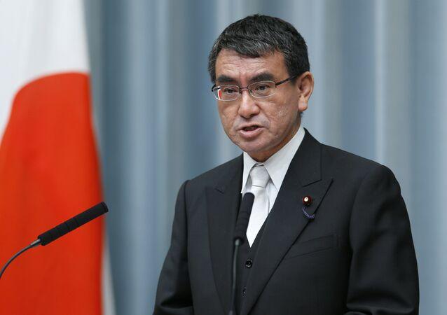 O ministro das Relações Exteriores do Japão, Taro Kono, fala durante uma coletiva de imprensa na residência oficial do primeiro-ministro em Tóquio.