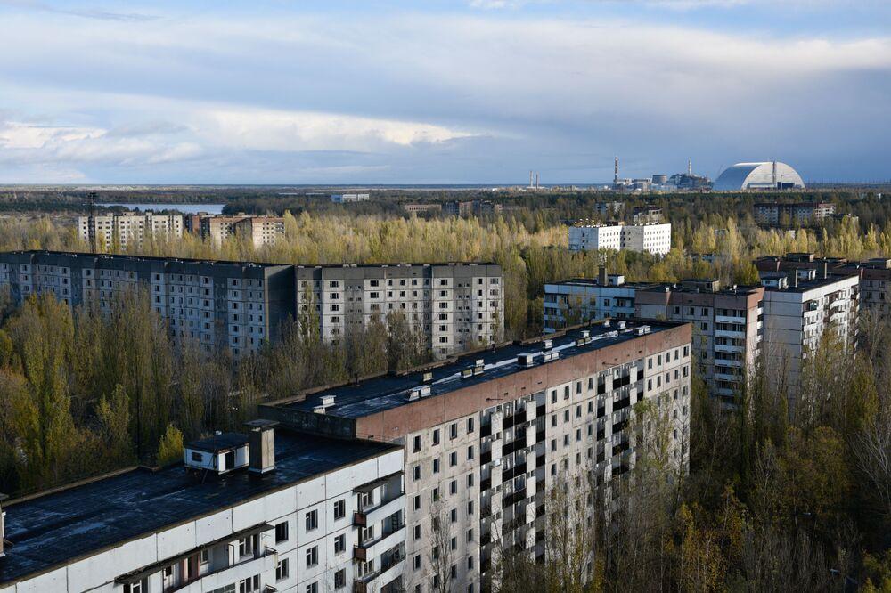 Da cidade de Pripyat dá para ver o novo confinamento seguro e sarcófago do quarto bloco energético da Usina Nuclear de Chernobyl