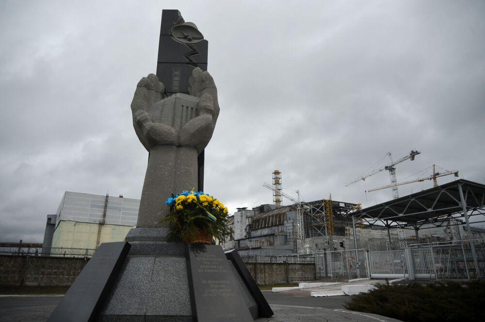Monumento em homenagem aos operadores que tentaram liquidar consequências negativas da catástrofe em Chernobyl