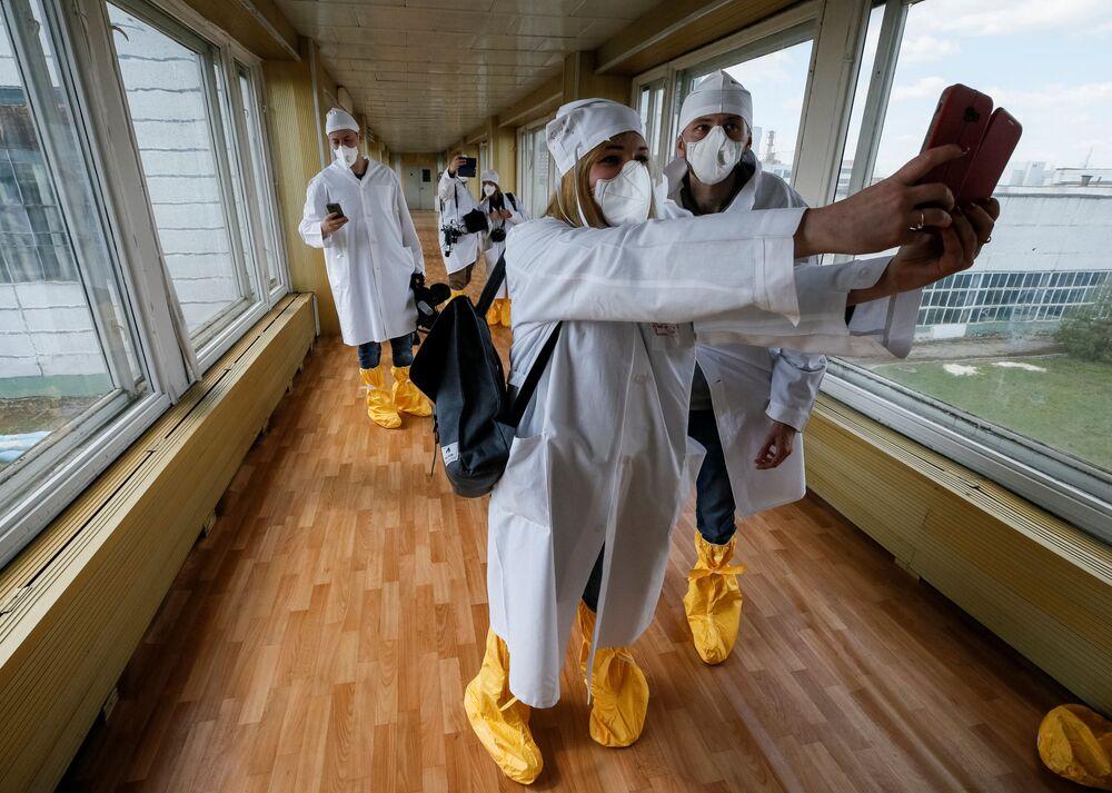 Jornalistas tirando fotos durante viagem à Usina Nuclear de Chernobyl
