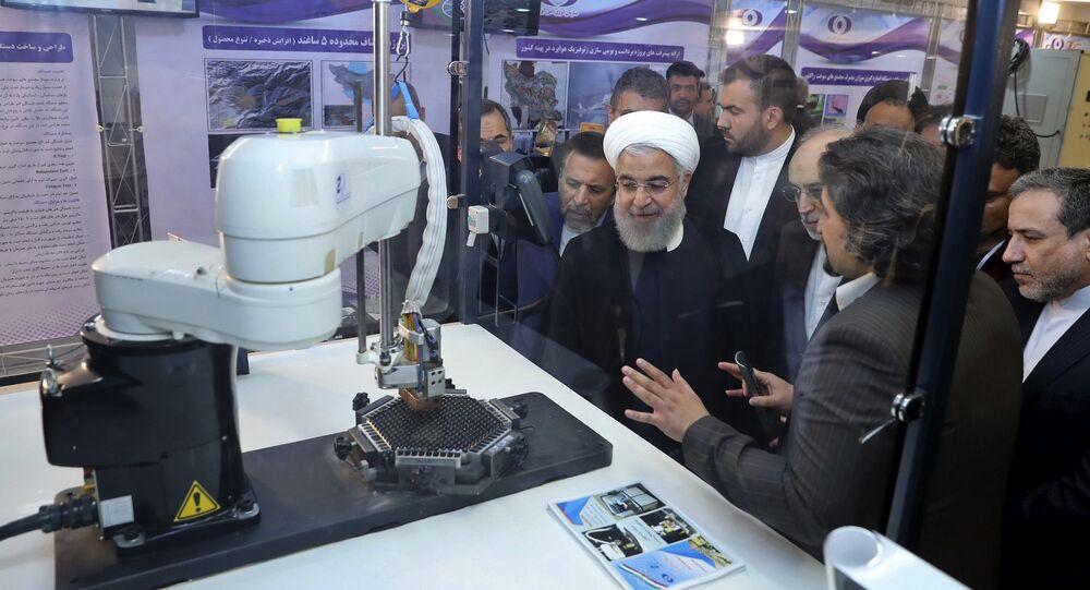 Presidente iraniano, Hassan Rouhani, ouvindo explicações sobre novos êxitos na área nuclear, Teerã, 9 de abril de 2018