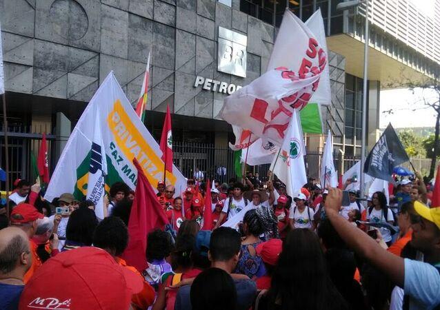 Ativistas fazem ato em frente à Petrobras contra a privatização da estatal